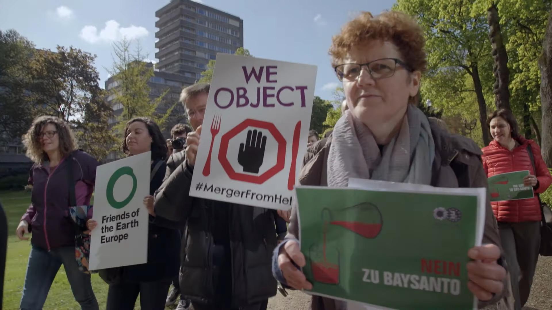 Maria Heubuch im Film Landretter bei einer Demonstration